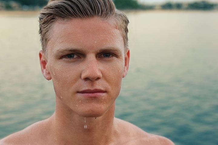 Portada del post mejor afeitadora eléctrica con un hombre afeitado después de haber nadado