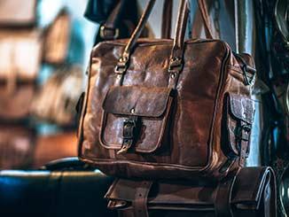 Cover del post Cómo cuidar prendas de cuero natural en donde aparece un bolso de cuero