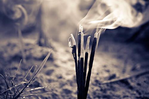 Feng shui en casa incienso quemándose