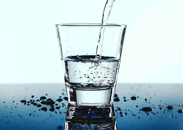Vaso llenándose de agua
