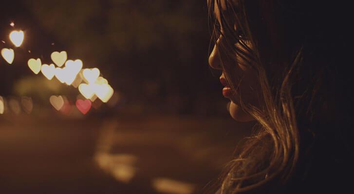 Mujer secando el pelo por la noche
