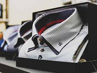 3 camisas expuestas en un mostrador
