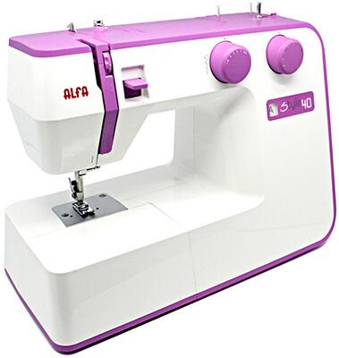 Esta es una máquina de coser barata de color violeta de la marca Alfa
