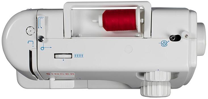 Esta es una máquina de coser barata de color blanca de la marca Singer
