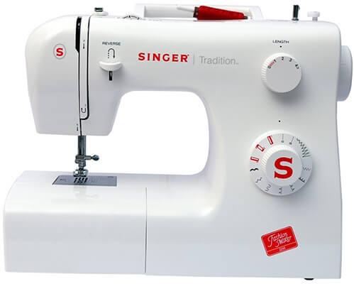 Esta es una máquina de coser barata de color azul de la marca Singer