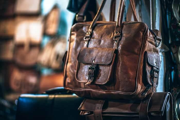 Portada del post Cómo cuidar prendas de cuero natural en donde aparece un bolso de cuero