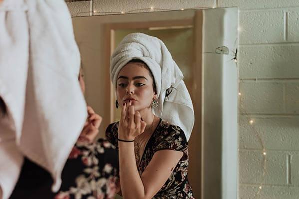 Secar el pelo sin secador con toalla