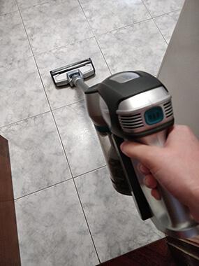 Conga Rockstar 300 aspirando suelo de una cocina