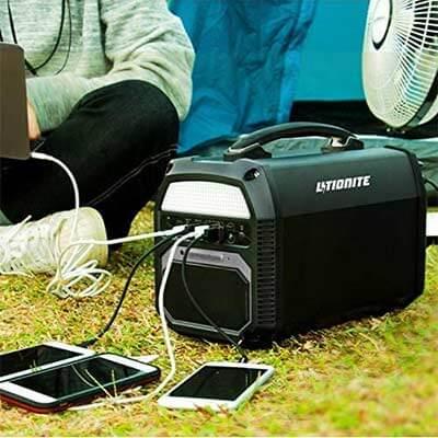 Generador portátil cargando 3 smartphones